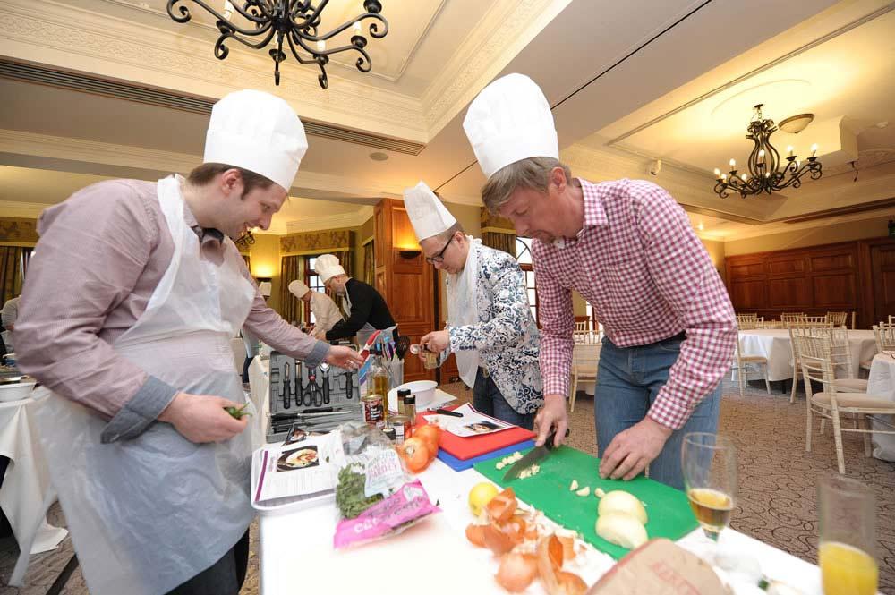Cuisine team cooking indoor team building event for Team building cuisine